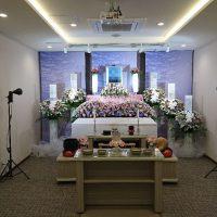家族葬ホールのぼりと生花祭壇